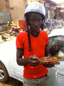 De motorverkoper telt zijn geld